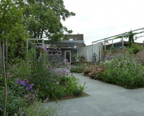 zwevende overkapping met moderne tuin